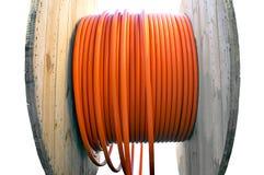 有橙色缆绳的电缆卷筒 库存图片