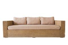 有在白色隔绝的灰色坐垫的藤条沙发 保存与cli 库存图片