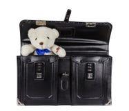 有在白色隔绝的玩具熊的黑减速火箭的皮革书包 免版税库存照片