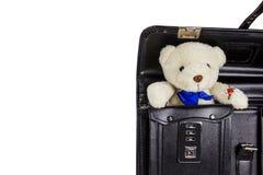 有在白色隔绝的玩具熊的黑减速火箭的皮革书包 库存图片
