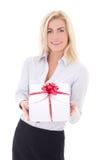 有在白色隔绝的礼物盒的女商人 免版税库存图片