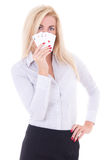 有在白色隔绝的纸牌的年轻女商人 免版税库存照片