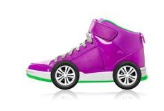 有在白色隔绝的轮子的紫罗兰色体育鞋子 库存照片