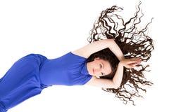 有在白色隔绝的长的美丽的卷曲棕色头发的俏丽的妇女 免版税图库摄影