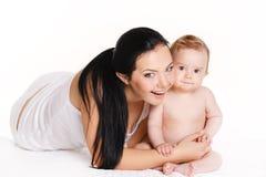 有在白色隔绝的婴孩的母亲。与新出生的愉快的家庭。 免版税库存图片
