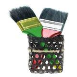 有在白色隔绝的黑篮子的两把油漆刷 库存图片