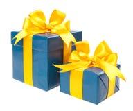 有在白色bac和一把黄色弓的绿松石箱子隔绝的礼物 免版税库存照片
