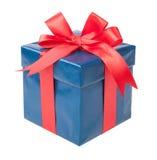 有在白色backgr和一把红色弓的绿松石箱子隔绝的礼物 免版税库存图片