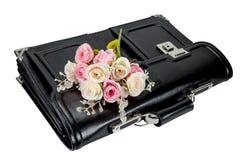 有在白色backgr隔绝的玫瑰的黑减速火箭的皮革书包 免版税库存图片