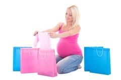 有在白色backgr隔绝的购物袋的年轻人孕妇 库存照片