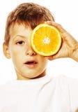 有在白色smili隔绝的橙色果子双的小逗人喜爱的男孩 库存图片