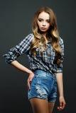 有在美国风格穿戴的长的头发的女孩 库存照片