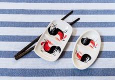 有在表Na安置的筷子的传统泰国鸡碗 库存图片
