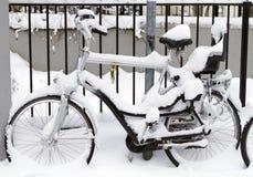 有在雪报道的婴儿位子的自行车 免版税库存照片