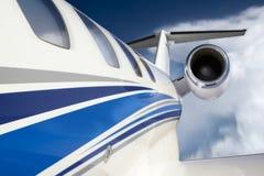 有在飞行中独特的透视的Businese喷气机通过云彩和深蓝天 免版税库存图片