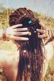 有在马尾辫会集的dreadlocks发型的,装饰的被分类的小珠美丽的少妇 免版税库存照片