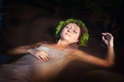 有在水中的蕨花圈的美丽的被淹没的妇女 免版税库存图片