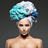 有在头巾包裹的头发的美丽的妇女 免版税图库摄影