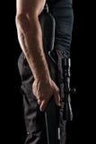 有在黑背景隔绝的狙击步枪的战士 库存照片