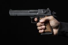 有在黑色隔绝的枪的男性手 库存照片