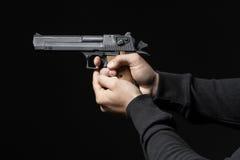 有在黑色隔绝的枪的男性手 库存图片
