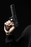 有在黑色隔绝的枪的男性手 免版税库存图片