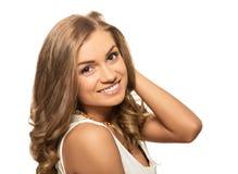 有在w隔绝的棕色眼睛的画象年轻可爱的白肤金发的妇女 免版税库存照片
