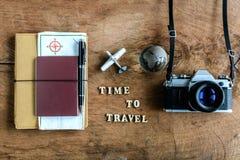 有地图、护照和照相机的笔记本在木背景 库存照片