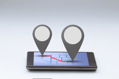 有地图和别针酒吧的智能手机 免版税库存图片