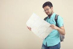 有地图的一个人 库存图片