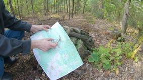 有地图的人和指南针在森林里 股票录像