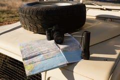 有地图的备用轮胎在车敞篷 免版税图库摄影