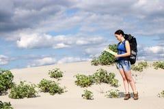 有地图的女孩远足者 库存照片