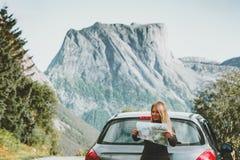 有地图的妇女在旅行计划在挪威旅行生活方式概念冒险的旅途路线假期室外山 图库摄影