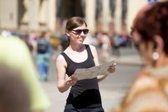 有地图的少妇在拥挤正方形 免版税图库摄影