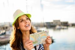 有地图的游人在港口的夏天旅行 库存照片