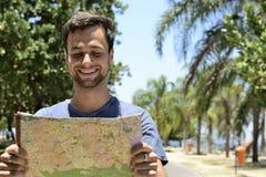 有地图的男性游人 库存照片