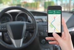 有地图gps航海的app智能手机在女性h的屏幕上 免版税库存图片