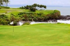 有地堡和旗子的,海岛的领域高尔夫球场 免版税库存图片