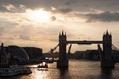 有地平线的伦敦,英国塔桥梁 在泰晤士河的桥梁多云天空的 在河岸的城市大厦 库存照片