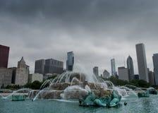 有地平线的白金汉喷泉在多云天 库存图片