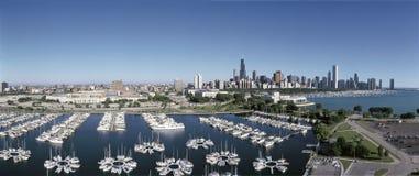 有地平线的芝加哥港口在密执安湖 库存照片