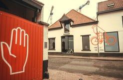 有地方啤酒和历史啤酒厂商标De Koninck的广告的老房子 免版税库存照片