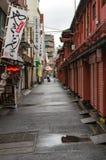 有地方纪念品店的小巷在Senso籍寺庙附近 免版税库存照片