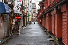 有地方纪念品店的小巷在Senso籍寺庙附近 库存照片