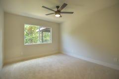 有地毯和吊扇的空的卧室 免版税图库摄影