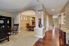 有地毯和硬木地板的典雅的入口 免版税库存图片