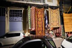 有地毯商店的购物街道在晚上在雅典希腊 库存照片