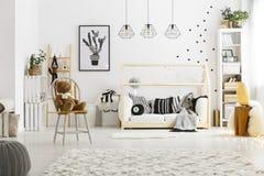 有地毯的白色儿童卧室 免版税库存图片