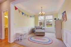 有地毯的逗人喜爱的孩子戏剧室 免版税库存照片